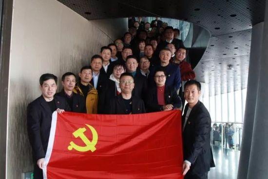 图:储运中心党支部的党员们集结在党旗下。