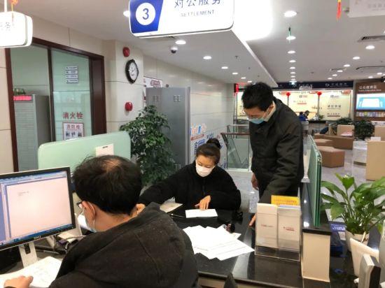 图:宜山路支行副行长周松陪同客户办理业务。
