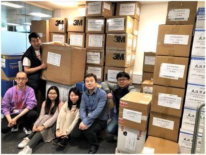 运输小组部分成员和贴好标签的第三批135箱医疗物资。