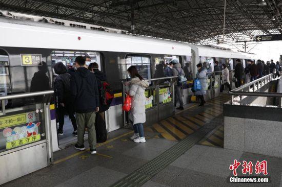 3月2日,随着上海复工企业的日渐增多,地铁出行客流增速渐涨,为避免车厢过多拥挤,上海地铁对工作日早高峰期间的17座人流较高的车站采取限流措施。张亨伟 摄