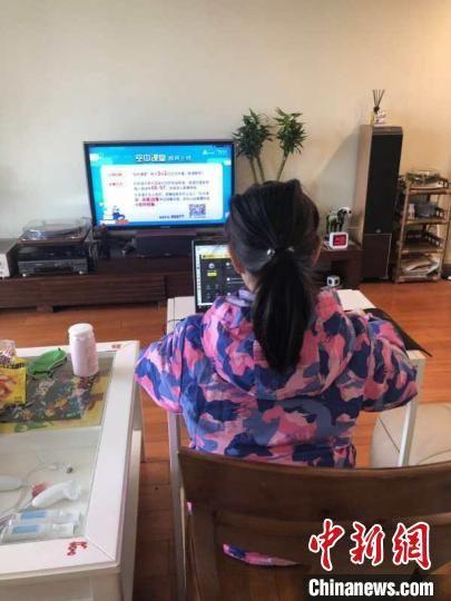 """上海逾143万中小学生""""空中课堂""""在线学习 家长:不久一切都会习"""
