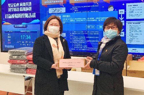 (上海环球港向抗疫一线的医护人员捐赠口红)
