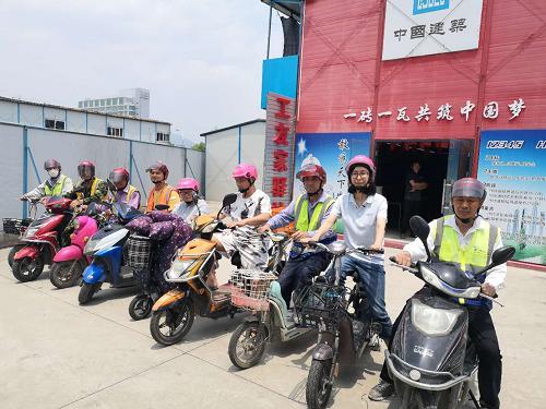 金茂悦项目组织对凤凰天机现场开奖工友进行安全交底
