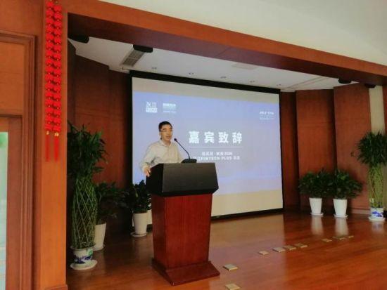 卡园开发有限公司总经理闵浩向来宾介绍卡园