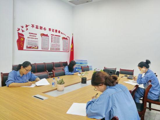 图: 上海石化员工正在现场做题。