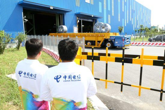 """图:上海电信与宝钢合作""""5G +重载AGV公路无人驾驶""""。"""