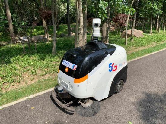 图:虹桥临空园区内的无人驾驶垃圾清扫车,车上特制摄像头能记录高清视频,具备人脸识别、夜间拍摄等功能,所拍摄到的视频可以通过5G快速回传到监控室。