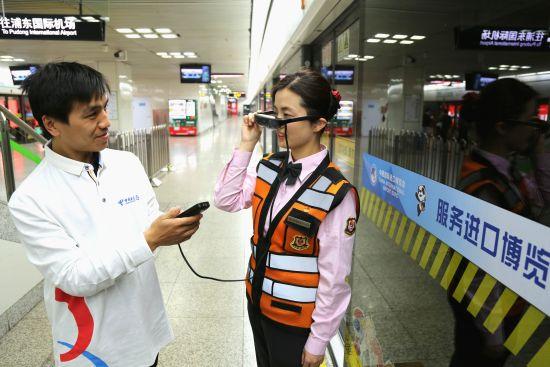 """图:""""安保巡逻+疫情防控""""是第三届国际进口博览会的重点关注,地铁工作人员可通过电信5G技术加持的AR眼镜远程排除故障。"""