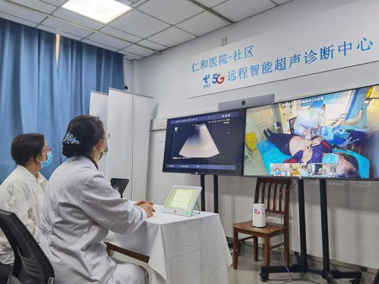 图:宝山区仁和医院在电信5G支持下,开展社区5G远程AI超声诊断服务,让居民在家门口获得专家的诊断,提升社区医疗服务水平。