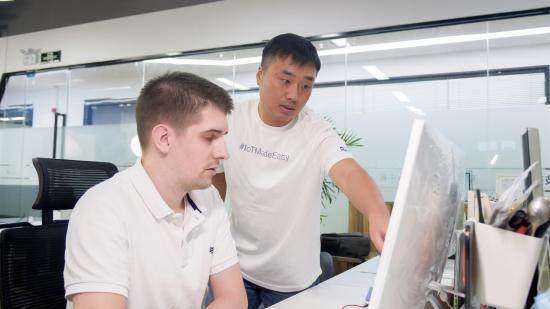 图:深圳市瑞科慧联科技有限公司总经理禹凯与公司技术部同事。