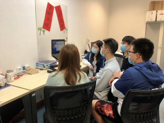 澳门大学学生收看会议直播