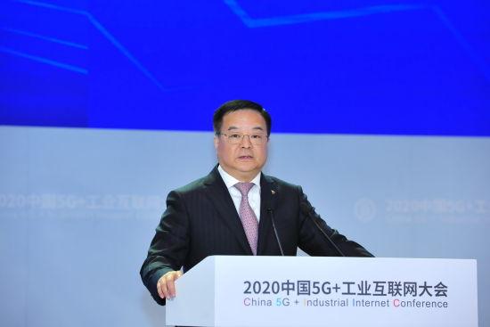 """图:中国电信总经理李正茂作题为""""云网融合赋能工业企业数字化转型""""的主旨演讲。"""