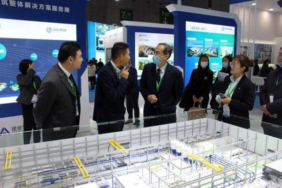 图:联合国人居署区域项目司负责人、中国事务协调人杨榕参观筑友集团智能PC工厂动态沙盘。