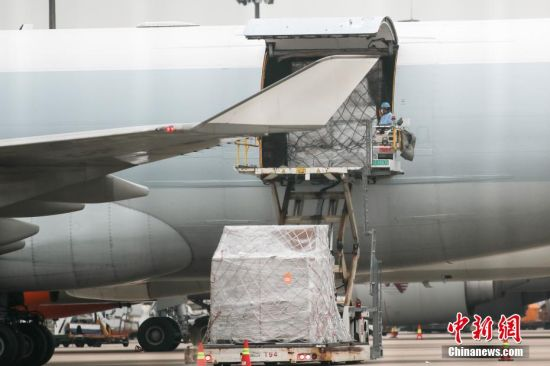 11月23日,上海浦东国际机场货运停机坪,卸货作业有序进行。 张亨伟 摄