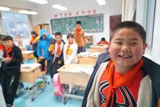 图:浙商银行宁波分行护眼灯计划,改善了教室照明条件。