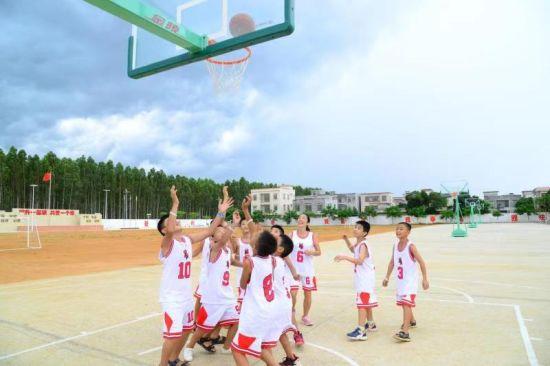 图:广州分行篮球特色帮扶,上一堂精彩的篮球课。