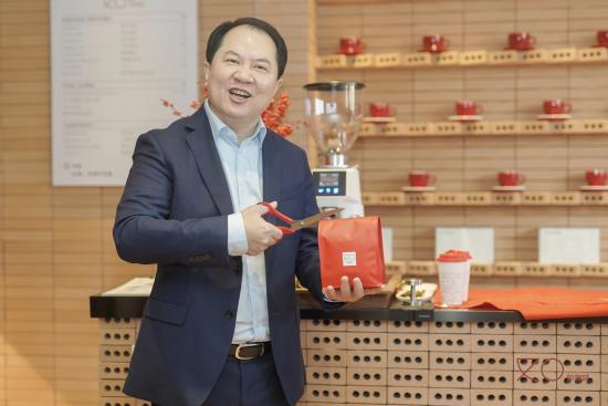 首旅如家酒店集团总经理兼如家酒店集团董事长、CEO孙坚为如咖啡开业剪彩