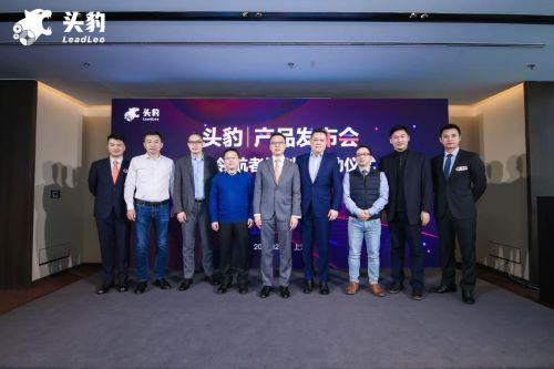 (头豹联合创始人王晨晖,头豹联合创始人兼CEO杨晓骋与头豹2021领航者计划成长见证官合影)