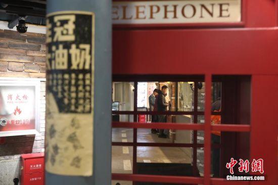 石库门、各种风情海报、邮筒和很多熟悉的老上海招牌,一下就把人的记忆拉回到上世纪。 张亨伟 摄