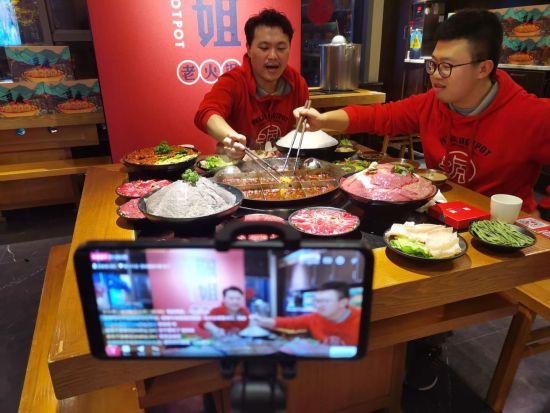 图:佩姐老火锅店在淘宝直播上直播涮火锅。