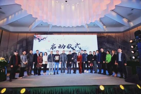 品牌代言人及股东代表共同为墨白品牌启动仪式。