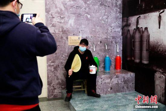 """参观者在上海""""老虎灶""""前留影。 汤彦俊 摄"""