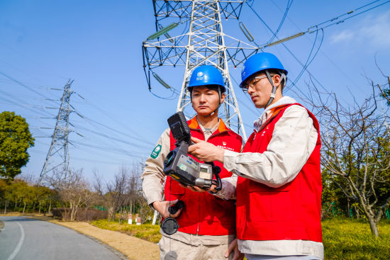 图:春节前夕国网上海检修公司运维人员对重要输电线路开展特巡保电。