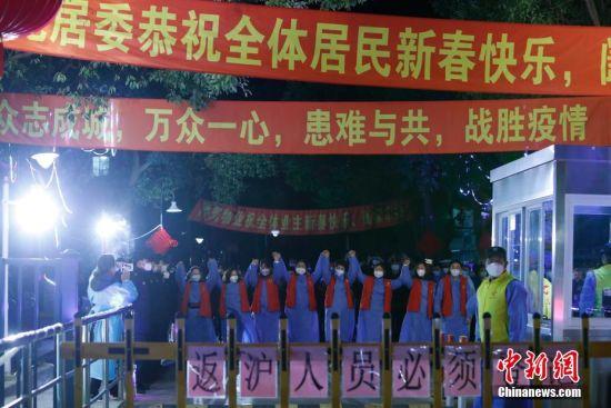 2月19日0时,工作人员在新高苑一期小区内向居民致谢。 殷立勤 摄