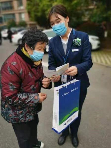 图:渤海银行员工深入社区为老年群体讲解金融安全知识。