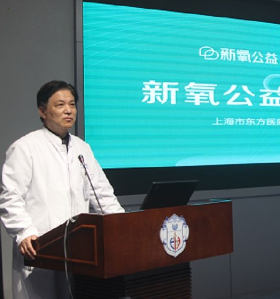 图:江华教授介绍相关情况。