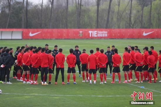 训练前主教练李铁向队员们讲话。 张亨伟 摄