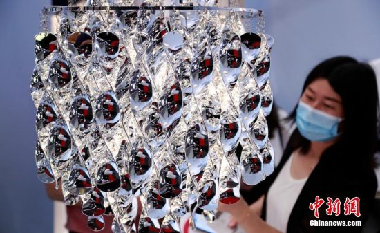 设计华丽的灯具夺人眼球。汤彦俊 摄
