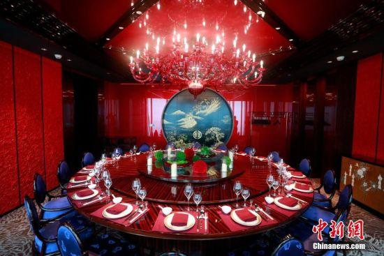 """""""锦筵""""中餐厅的主色调是中国传统文化的代表""""中国红""""。 汤彦俊 摄"""