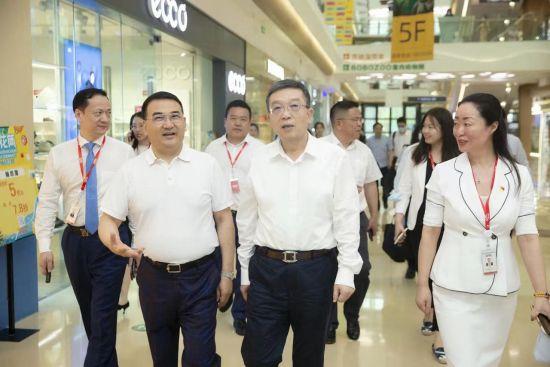 中共上海市委常委、统战部长郑钢淼(前排中)考察德汇集团