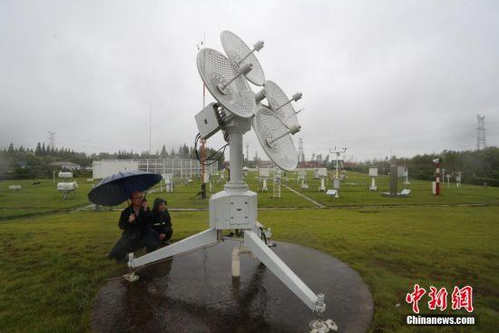 气球放飞后,工作人员检查主雷达观测情况。张亨伟 摄