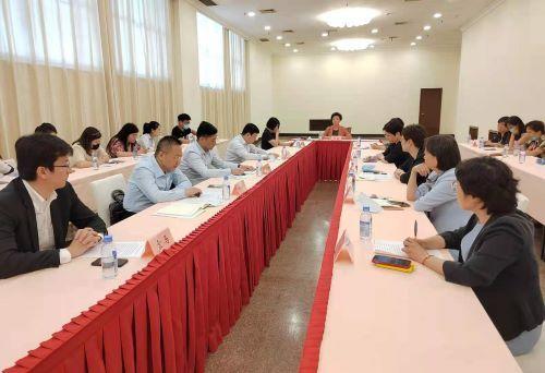 (各区商务委负责人及企业代表接受媒体采访 记者 姜煜 摄)