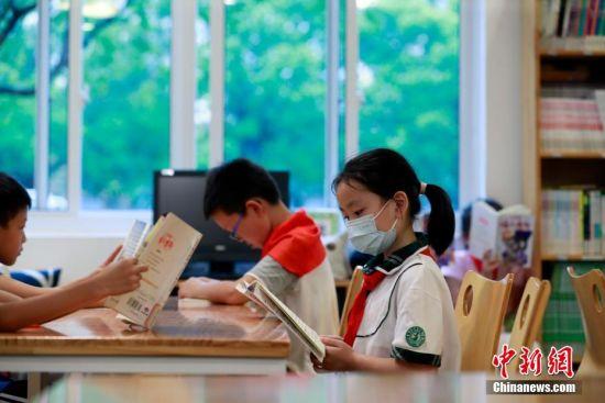学生在图书馆看书。 汤彦俊 摄