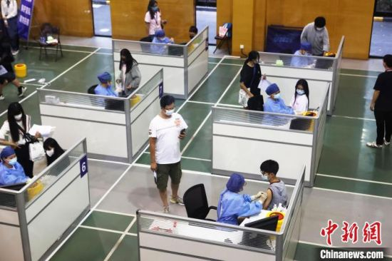 台湾学生接种新冠疫苗。 殷立勤 摄
