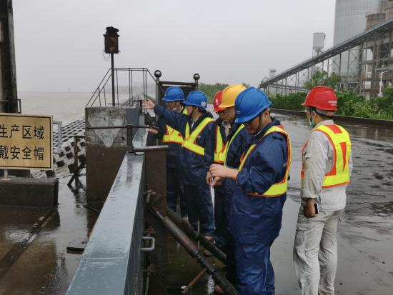 图:外高桥电厂领导班子带领各部门相关人员进行防台防汛安全检查。