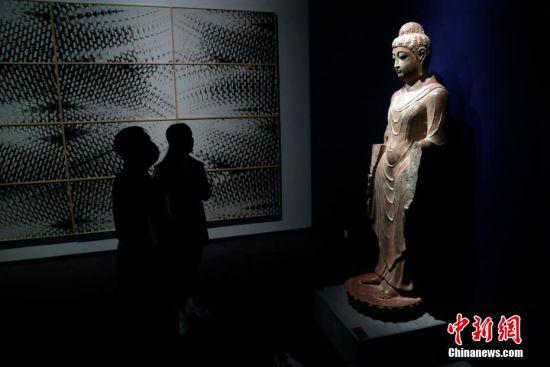 27件龙门石窟珍贵文物首次在上海展出。 汤彦俊 摄