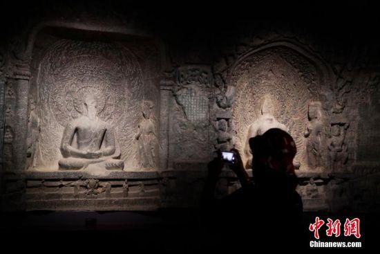 龙门石窟艺术对话特展为观众带来一场别开生面的在传统与当代之间穿行的艺术盛宴。 汤彦俊 摄