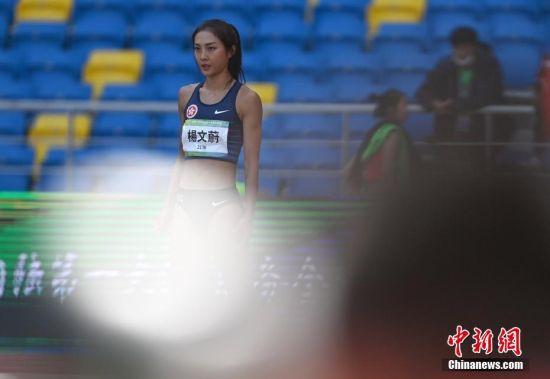 9月21日上午,第十四届全运会田径女子跳高决赛在西安举行,香港特别行政区选手杨文蔚出赛,以1.75米的成绩位列第15名。图为杨文蔚准备试跳。 中新社记者 侯宇 摄