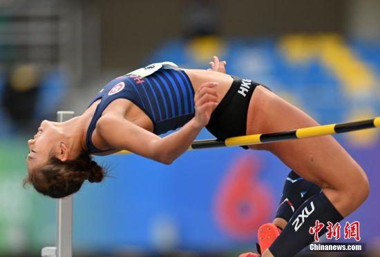 9月21日上午,第十四届全运会田径女子跳高决赛在西安举行,香港特别行政区选手邓伊程出赛,以1.70米的成绩位列第17名。图为邓伊程在比赛中。 中新社记者 侯宇 摄