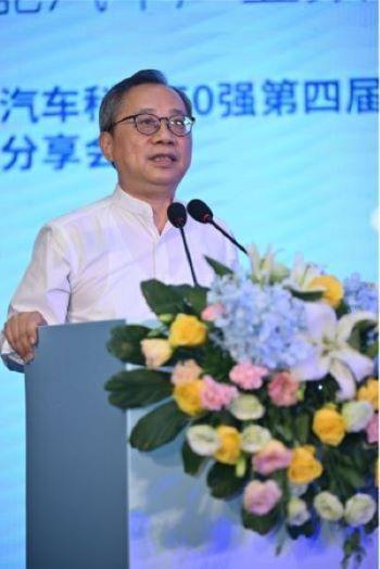 (上海现代服务业联合会会长郑惠强出席论坛)