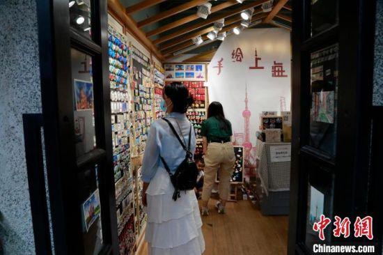 游客在田子坊选购文创产品。 汤彦俊 摄