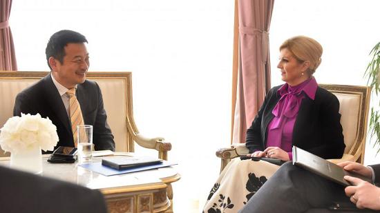 图:梁建章(左)与克罗地亚总统基塔罗维奇会谈。