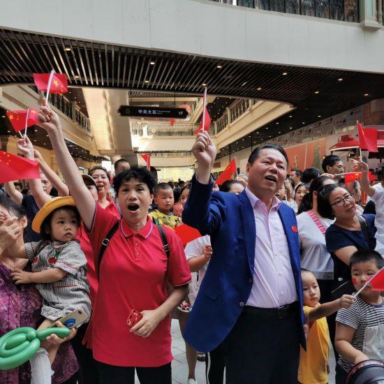 秒速时时彩在线预测董事局主席丁佐宏作为快闪歌手代表,与市民群众们一起唱响《我和我的祖国》。