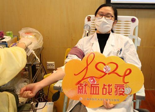 """护士为我撸_献血战""""疫"""",他们为爱撸起袖子-中新社上海"""