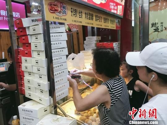 """澳门金沙线上娱乐:酸菜牛蛙入月饼_上海老字号""""月饼战""""提前打响"""