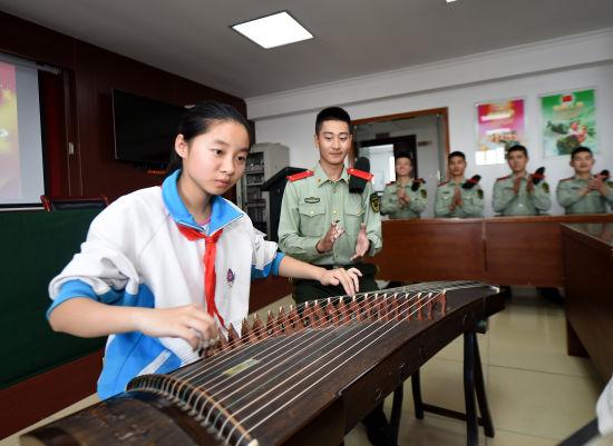 金沙国际娱乐:沪一学生端午琴声献武警官兵